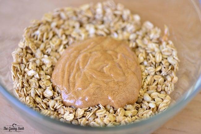 Chewy No Bake Granola Bars | thegunnysack.com