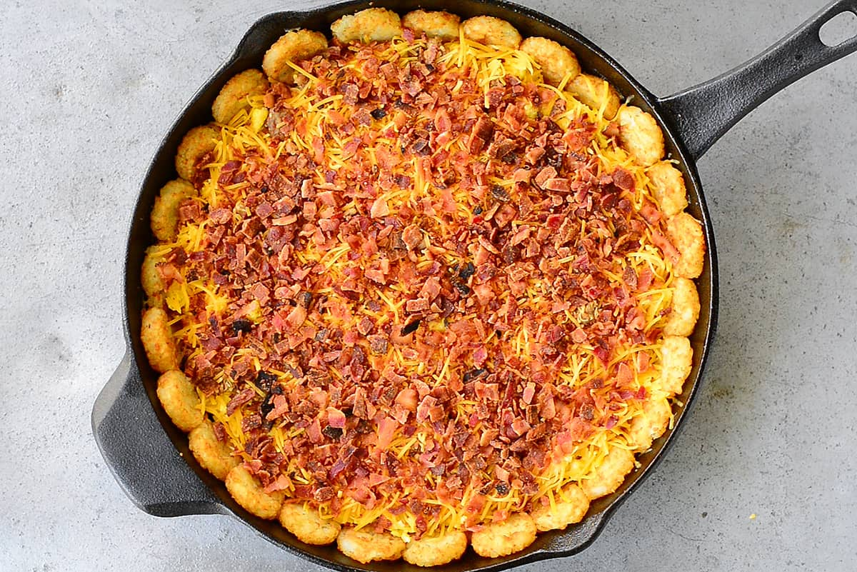bacon on tater tot breakfast pizza