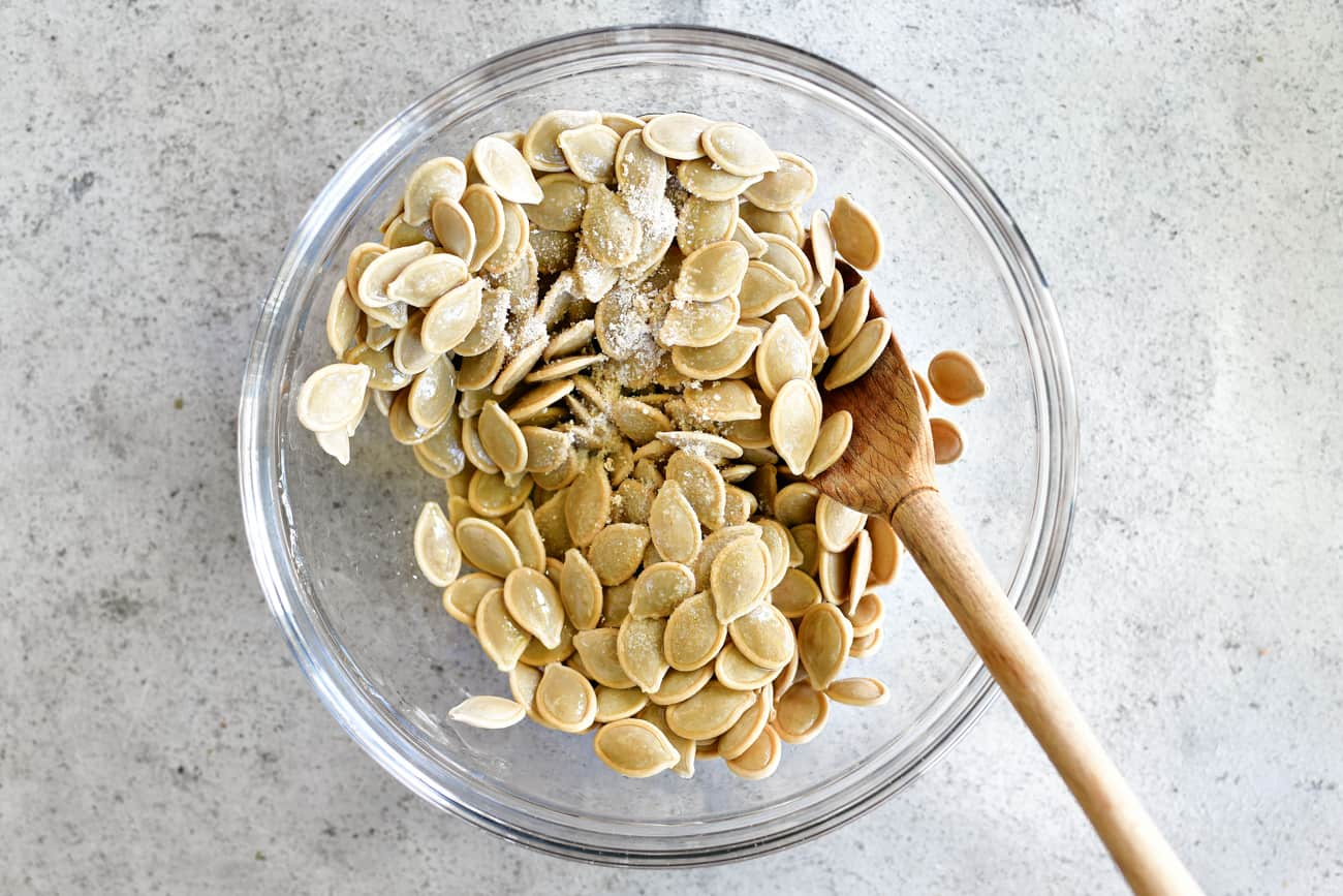 roasted pumpkin seeds with garlic seasoning