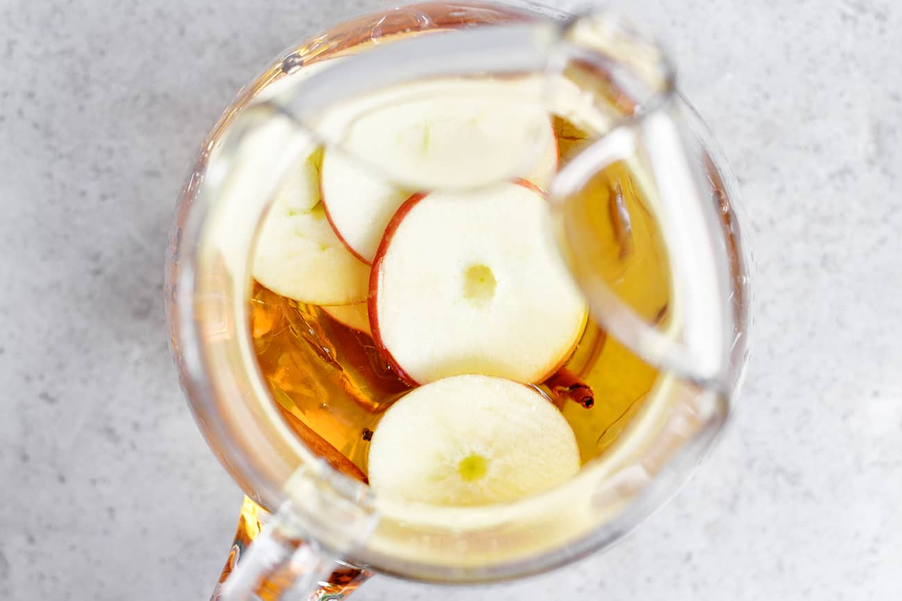 sparkling apple cider with sliced apples
