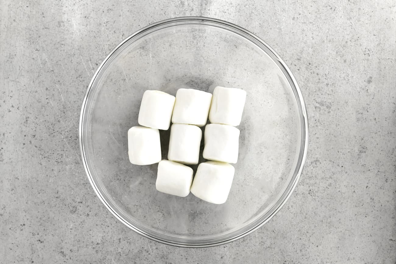 8 marshmallows in a glass bowl